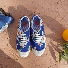 Petite pochette à rayures✔️ tennis safari chic✔️ billets d'avion✔️et c'est parti pour un week-end à la plage☀️#tennis #flowerpower #sun #marrakech #holidays #beach #letsgosurfing #bensimon