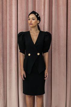 0051aba5d Vestido corto de crepe de color negro con peplum y botones dorados en forma  de flor