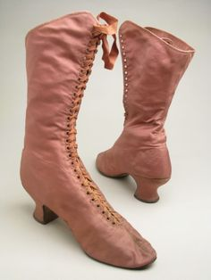 boots ca. via Manchester City Galleries ♡ Edwardian Shoes, Edwardian Fashion, Vintage Fashion, Vintage Shoes, Vintage Dresses, Vintage Outfits, Victorian Dresses, 20th Century Women, 20th Century Fashion