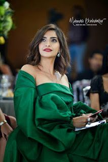 Beautiful and gorgeous bollywood actress: Hot boobs and cleavage of sonam kapoor Indian Actress Pics, Most Beautiful Indian Actress, Beautiful Actresses, Indian Actresses, Indian Celebrities, Bollywood Celebrities, Bollywood Fashion, Bollywood Actress, Miss Perfect