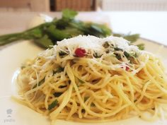 Originálne špageti aglio olio al dente. Meals Without Meat, Aglio Olio, Spaghetti, Vegetarian, Ethnic Recipes, Food, Al Dente, Essen, Yemek