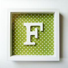 Quadro F branco com fundo verde e bolinhas brancas 25,5 cms x 25,5 cms