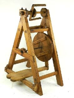 Antigua rueca de hilar en madera de pino, procedente de Castellón y realizada hacia 1950 aprox. Tiene forma triangular, por lo que se trata de una pieza muy rara. Esta completa, tiene huso, pedal y funciona perfectamente. Su conservación es muy buena.