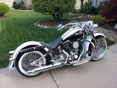 Nice Harley Davidson Softail Deluxe - if I could afford a second bike it would be this! Motos Harley Davidson, Harley Davidson Forum, Road King Classic, Harley Softail, Softail Bobber, Bobber Chopper, Custom Harleys, Custom Bikes, Bobber Custom