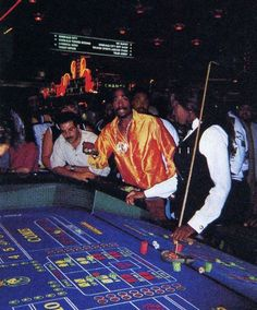 Tupac Shakur playing craps at the MGM Grand in Las Vegas, hours before he was shot. Arte Hip Hop, Hip Hop Art, Tupac Wallpaper, Tupac Pictures, Random Pictures, Tupac Makaveli, Orange Aesthetic, 90s Aesthetic, Biggie Smalls