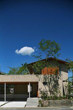 写真を整理していたら、ぽっかり雲の、のどかな熊本・龍田の家の写真が出てきました。今度、建築の専門誌に掲載される予定です。              ■伊礼...