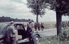 Frankreich - Deutsche Soldaten beobachten eine Gruppe von französischen Gefangenen 1940