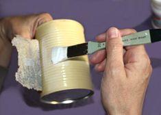 Servítku priložíme k nádobe, ohneme napoly a na plechovku nanesieme tenkú vrstvu lepidla na decoupage.