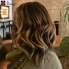 Chestnut brown waves with light for a natural sun-streaked effect /// Kastanienbraune Wellen mit Blond, Costume Noir, Rides Front, Waves, Long Hair Styles, Vienna, Instagram Posts, Lounge, Beauty