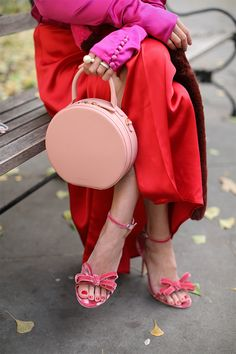 A throwback to red and pink details // Bow heels and circle bags on Notepad No. 48 // Atlantic-Pacific