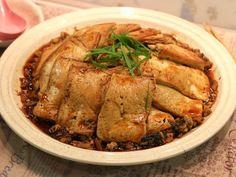梅菜扣豆腐,將傳統肥膩的五花肉換上營養豐富的豆腐,清淡的豆腐吸收了梅菜的咸香味,好吃又好下飯,送粥也一流。