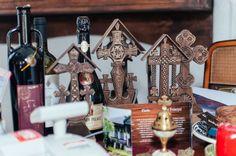 adelaparvu.com despre restaurant tranditional romanesc La Conac, Iasi, Romania (14) Old Country Houses, Traditional House, Table Decorations, Spirit, Interior Design, Restaurant, Holiday Decor, Beautiful, Folk Art