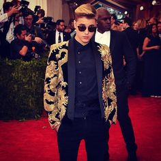 "JUSTIN BIEBER on the Red Carpet ""@justinbieber's suit  is on-theme at the #MetGala this evening!"" LOOOOVVEEE the suit coat"
