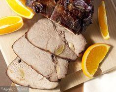 Szynkę umyj, oczyść i natrzyj solą i pieprzem. Następnie gdzieniegdzie ponakłuwaj mięso nożem i powkładaj obrane ząbki czosnku. Pomarańczę wyszoruj i pokrój w plastry. W głębokim naczyniu ułóż kilka plastrów pomarańczy, połóż na nich mięso i obłóż pozostałymi plastrami. W rondlu podgrzej wino, dodaj składniki marynaty i wymieszaj. Całość zagotuj i odstaw. Przestudzoną marynatą zalej szynkę uwaga - marynata powinna przykryć mięso w całości i odstaw do lodówki na 24 godziny. Po tym czasie…