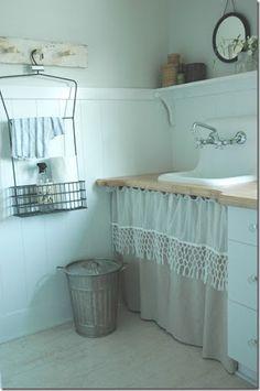 Gaaf gordijntje om voor de wasmachine en droger te hangen en zo'n leuk plankje erboven. Misschien alleen nog een leuk houten droogrek aan de muur.