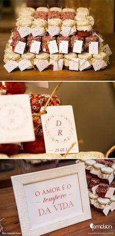 """Molho de pimenta caseiro para lembrança de casamento """"O amor é o tempero da vida""""."""
