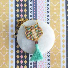 Collier pendentif géométrique perle et pompon : Collier par perlette-et-plumette