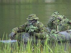 Pathfinders in the swamp on an exercise. Military Special Forces, Military Police, Military Weapons, Military Art, Military History, Royal Canadian Navy, Canadian Army, Special Ops, Military Photos