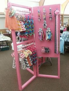 make 2 flank shelving unit, double hanging bar on 3 sides, hinges to make it portable. 1 by i can definitely construct on my own. Vendor Displays, Craft Booth Displays, Craft Show Booths, Craft Show Ideas, Bow Display, Display Ideas, Display Stands, Booth Ideas, Pegboard Display