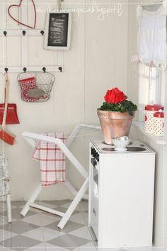 leikkimökki, villa onnenpesä, maalaisromanttinen leikkimökki, puna-valkoinen sisustus