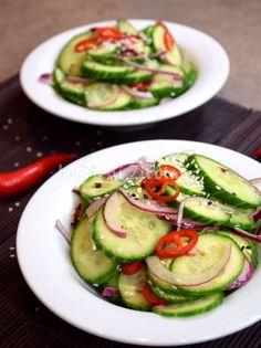 Připravte si asijský okurkový salát s čerstvými chilli papričkami, rýžovým octem a křupavými sezamovými semínky. Ideální letní osvěžení! Vegetable Salad, Avocado Egg, Pesto, Cucumber, Zucchini, Salads, Food And Drink, Healthy Recipes, Meals