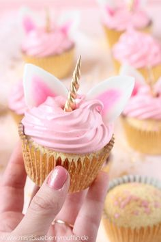Zauberhafte Einhorn Cupcakes mit Marshmallow-Creme // Cute Unicorn Cupcakes with Seven Minute Frosting