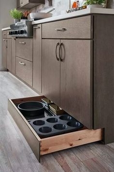 Kitchen Storage Ideas - Best of All Time Kitchen Design Not all of us have extra space for storage all the kitchen stuff. But we have answer to this problem: clever DIY kitchen storage ideas for good organisation . Tidy Kitchen, Kitchen Pantry Cabinets, Kitchen Storage Solutions, Diy Kitchen Storage, Modern Kitchen Cabinets, Kitchen Cabinet Organization, Kitchen Cupboards, Home Decor Kitchen, Organization Ideas