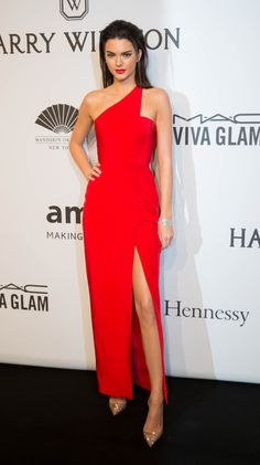Kendall Jenner hit the red carpet at the 2015 amfAR New York Gala in a hot red sexy one shoulder gown with a thigh-high slit. Kendall Jenner looks so sexy in this red dress! Trendy Dresses, Nice Dresses, Fashion Dresses, Formal Dresses, Formal Wear, Robes Glamour, One Shoulder Gown, Kendall Jenner Outfits, Kylie Jenner