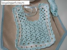 Precioso babero de crochet para una lindo bebe. Crochet Baby Bibs, Crochet Lace, Baby Patterns, Crochet Patterns, Crochet Projects, Cute Babies, Tatting, Needlework, Baby Shower