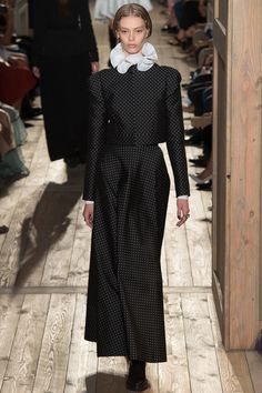 Valentino Automne-Hiver 2016-2017 It's hard to do a small print dress without it looking too old-fashioned; this is really rather lovely.