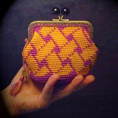 Monedero neceser artesanal  con boquilla metálica, tejido en ganchillo con hilo de algodón amarillo azafrán y púrpura, con borla y amuleto. de Basimaker en Etsy