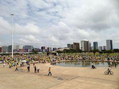 BRASILIA (DF) -manifestantes seguram faixaemprotesto na Avenidas E PRAÇAS DO PALÁCIO FEDERAL!..