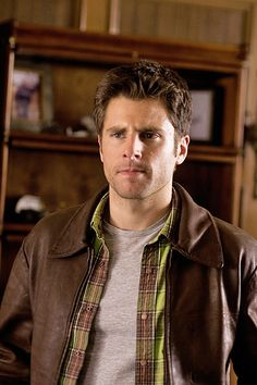 James Roday ( born James David Rodriguez April is an American actor, director and screenwriter. He starred on the USA Network series Psych as hyper-observant consultant detective and fake psychic Shawn Spencer. Best Tv Shows, Best Shows Ever, Favorite Tv Shows, Movies And Tv Shows, Psych Cast, Psych Tv, Shawn And Gus, Shawn Spencer, Real Detective