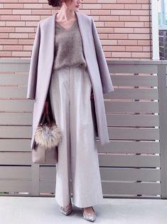 この冬も大流行のワイドパンツ。持ってはいるけれど、いつも同じような着こなしになっている人はいませんか?そんな方のために、マンネリ化を脱却できる、ワイドパンツの1週間コーデをご紹介します。 Japanese Fashion, Modern Fashion, Minimalist Fashion, Fashion Design, Japanese Style, Office Outfits Women, Grey Outfit, Classic Outfits, Fashion Outfits