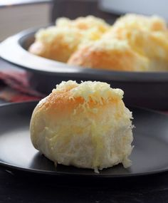 Pan de Siosa, a soft, pull part bread topped with generous toppings of butter, sugar and cheese! It is a delightful bread that you will surely make again and again. Cinnamon Roll Bread, Cinnamon Rolls, New Recipes, Baking Recipes, Dessert Recipes, Bread Recipes, Desserts, Filipino Recipes, Filipino Food