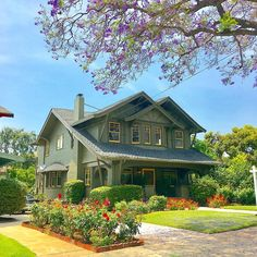 Wonderful craftsman style house exterior for your cozy home Craftsman Bungalow Exterior, Bungalow Homes, Craftsman Style Homes, Craftsman Bungalows, Craftsman Houses, Craftsman Kitchen, Modern Exterior, Exterior Design, Style Artisanal