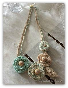 collana crochet in cotone verde acqua e ecru con fili color argento e perline di legno.