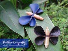 Leonie's Creations: Leather Dragonfly Diy Leather Projects, Leather Diy Crafts, Leather Gifts, Leather Jewelry, Diy Projects Design, Diy Craft Projects, Butterfly Crafts, Flower Crafts, Leather Scraps