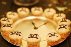 New Year's Eve Clock Cupcakes - arrange numbered cupcakes around the edge of a plate and draw hands, such a cute idea!