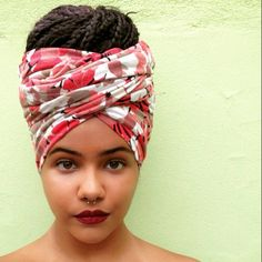 All styles of box braids to sublimate her hair afro On long box braids, everything is allowed! For fans of all kinds of buns, Afro braids in XXL bun bun work as well as the low glamorous bun Zoe Kravitz. Head Turban, Head Wrap Headband, Head Wrap Scarf, Try On Hairstyles, Box Braids Hairstyles, Black Hair Bun, Curly Hair Styles, Natural Hair Styles, Hair Addiction