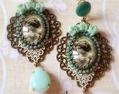 Boucles style victorien bleu opale et blanc : Boucles d'oreille par lorenza