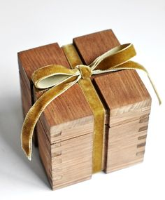 Unearthen jewellery comes in a beautiful wooden box Wooden Gift Boxes, Wooden Gifts, Wood Boxes, Woodworking Box, Woodworking Magazine, Woodworking Projects, Objet Deco Design, Box Joints, Little Boxes