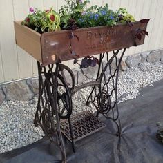 Repurpose Ideas For Vintage Sewing Machine Base Planter - Unique Balcony Garden Decoration and Easy DIY Ideas Wooden Crates Planters, Diy Planters, Planter Ideas, Fur Vintage, Vintage Sewing, Tire Furniture, Recycled Furniture, Old Sewing Tables, Diy Furniture Renovation
