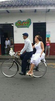 Padre lleva a su hija en bicicleta a la boda... Ella se ve feliz y orgullosa!