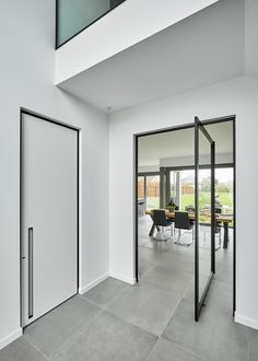 Modern interior doors by ANYWAYdoors. A white plain door with black door frame and a built-in handle, accompanied by a large glass & aluminium pivot door. White Interior Doors, Black And White Interior, Modern Interior, Black White, Door Design, House Design, Steel Doors And Windows, Pivot Doors, Casa Real