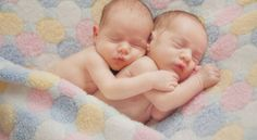 Conceiving twins baby is definitely a wonderful moment for couples. Here're research journal that revealed how to conceive twins baby naturally. So Cute Baby, Cute Twins, Baby Love, Adorable Babies, Newborn Bebe, Foto Newborn, Twin Newborn, Newborn Session, Baby Wallpaper