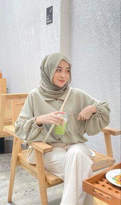 Hijab Fashion Summer, Modest Fashion Hijab, Modern Hijab Fashion, Hijab Fashion Inspiration, Stylish Hijab, Casual Hijab Outfit, Korean Outfit Street Styles, Hijab Fashionista, How To Pose