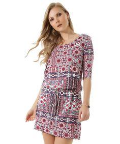 Esse vestido foi desenvolvido em malha leve com toque macio. O charme do modelo é a padronagem com desenhos étnicos. O recorte com elástico na cintura deixa o caimento soltinho. O decote é arredondado e as mangas são longas.   Abuse do salto plataforma e aproveite o final de semana!  Composição: 96% Viscose 4% Elastano  Modelo Veste: P  Altura: 1,78m Busto: 88cm Cintura: 63cm Quadril: 95cm