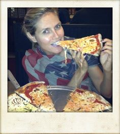 Heidi Klum eating some Ma Pizza, Pizza E Pasta, Love Pizza, Heidi Klum, People Eating, Hawaiian Pizza, Love Food, Famous People, Nom Nom