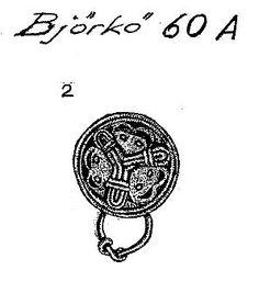 Kupigt rundspänne med järnnål, textilrester på undersida och bärring av bronstråd. Bj 60A